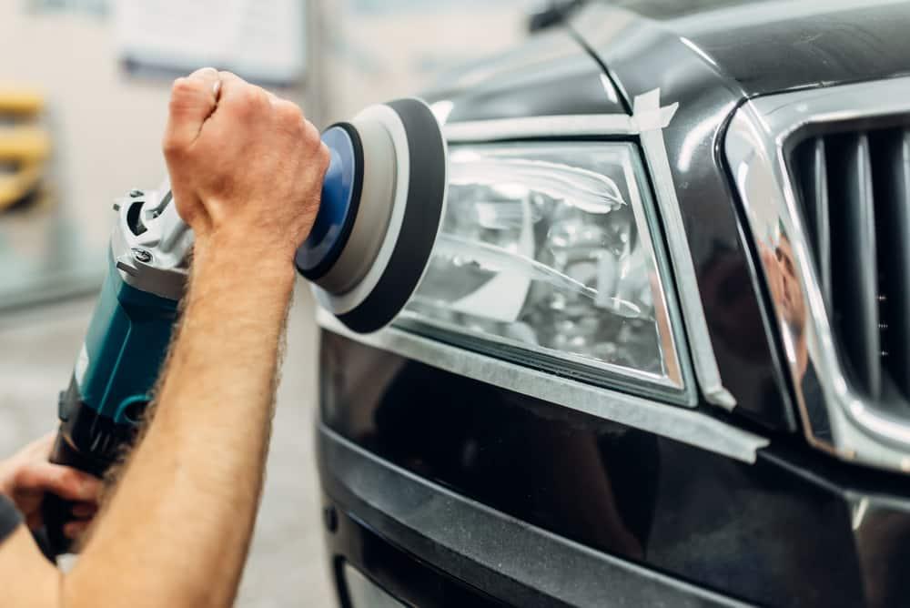 Polieren eines Autoscheinwerfers