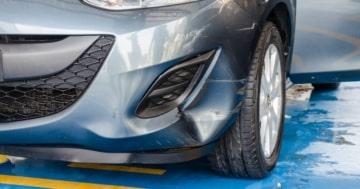 Auto mit defekter Stoßstange